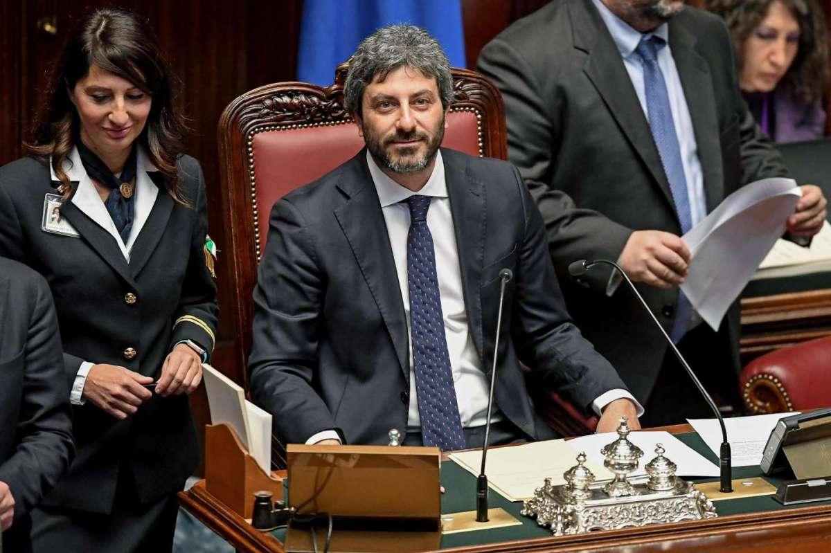 Roberto Fico sbaglia il nome di un deputato di FI che risponde: 'Grazie Fica'