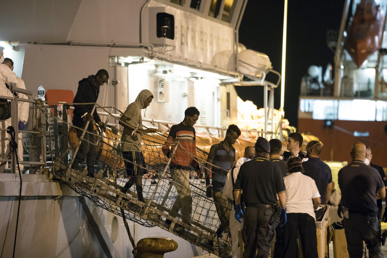 Migranti a Pozzallo fatti sbarcare in 184 hotspot pieno