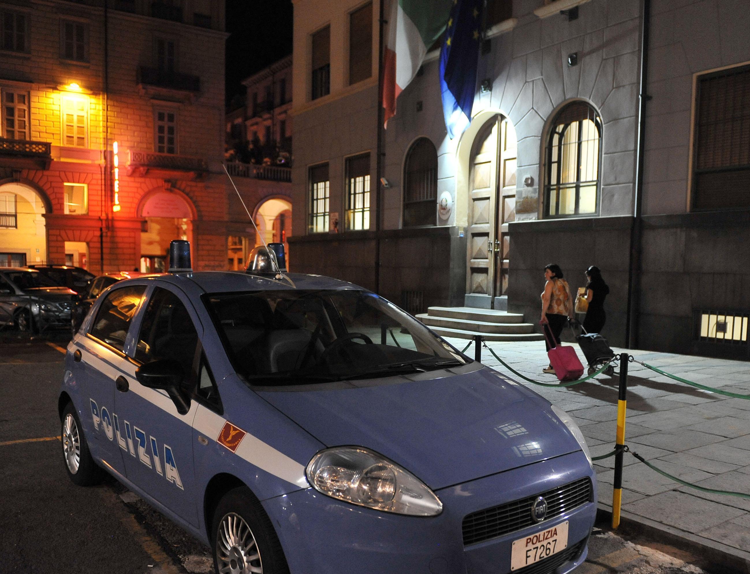Torino: agente Polfer spara per difendere un collega, ferito un migrante