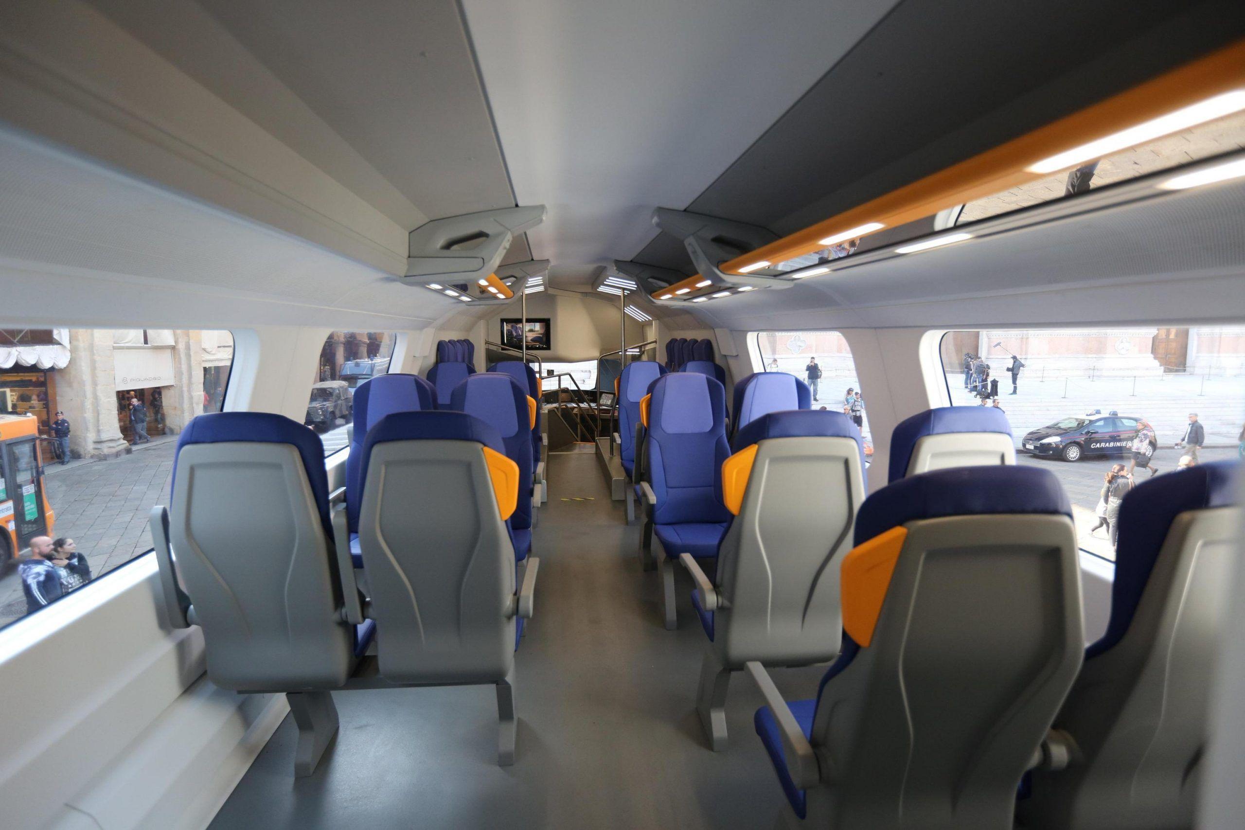 Chiede scusa al disabile in treno