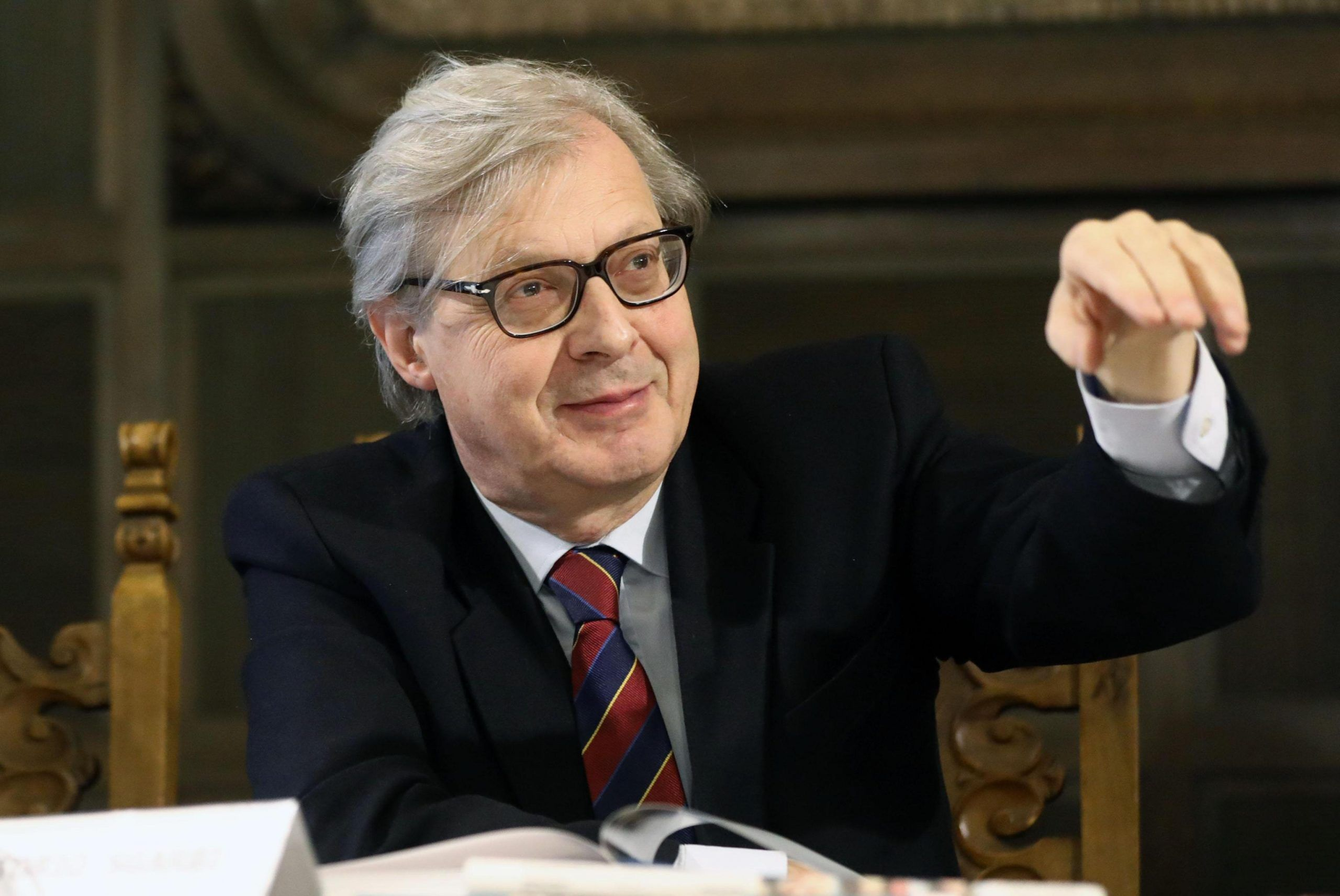 Vittorio Sgarbi cade dal materassino e finisce in piscina, il video è virale