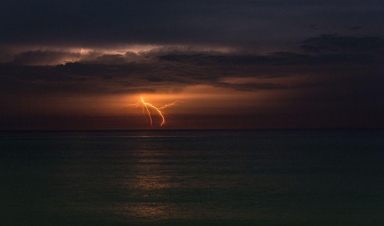 Fulmine sulla spiaggia in Salento: 4 feriti, uno in gravi condizioni