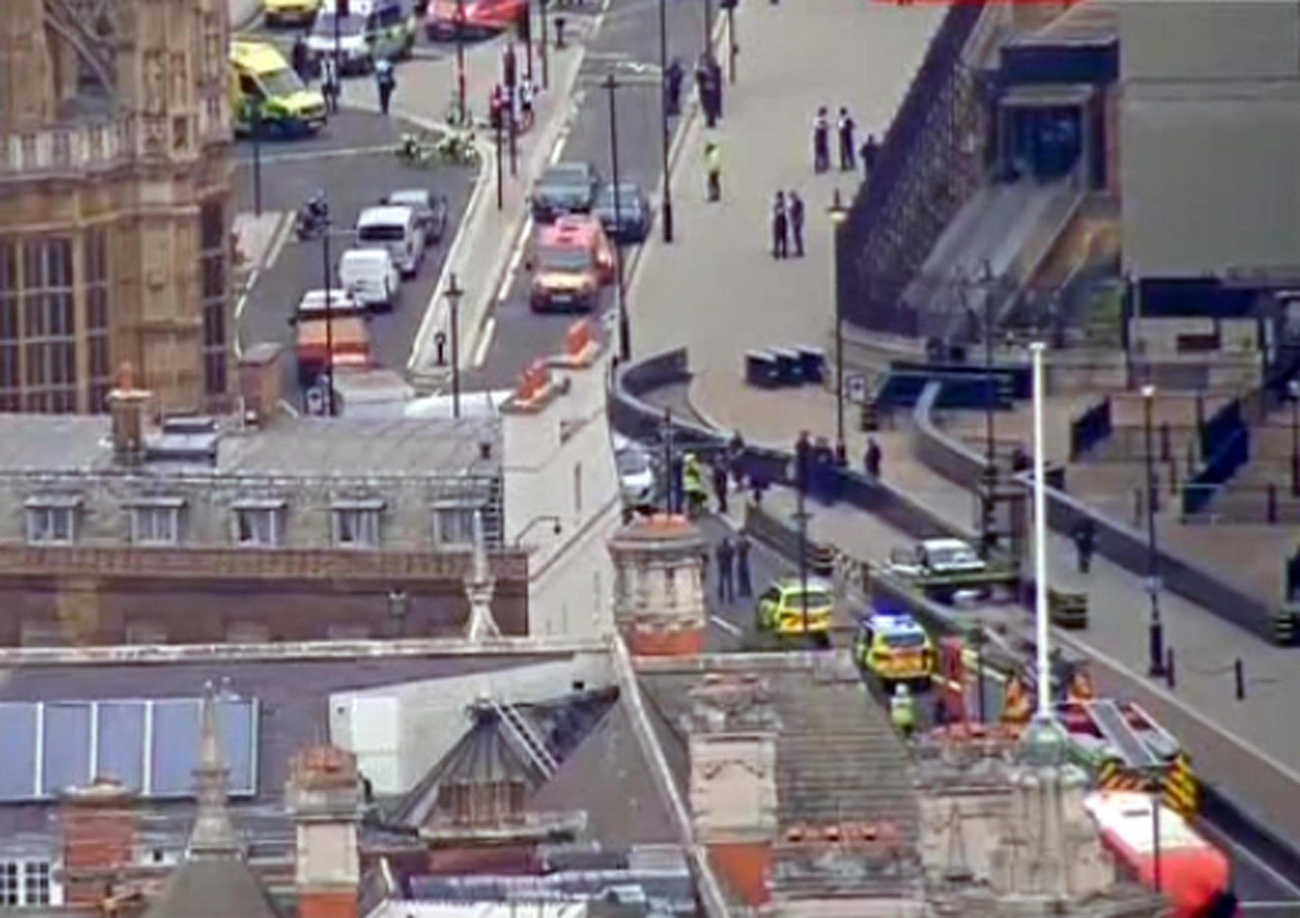 Gb: auto contro barriere Parlamento, pedoni feriti