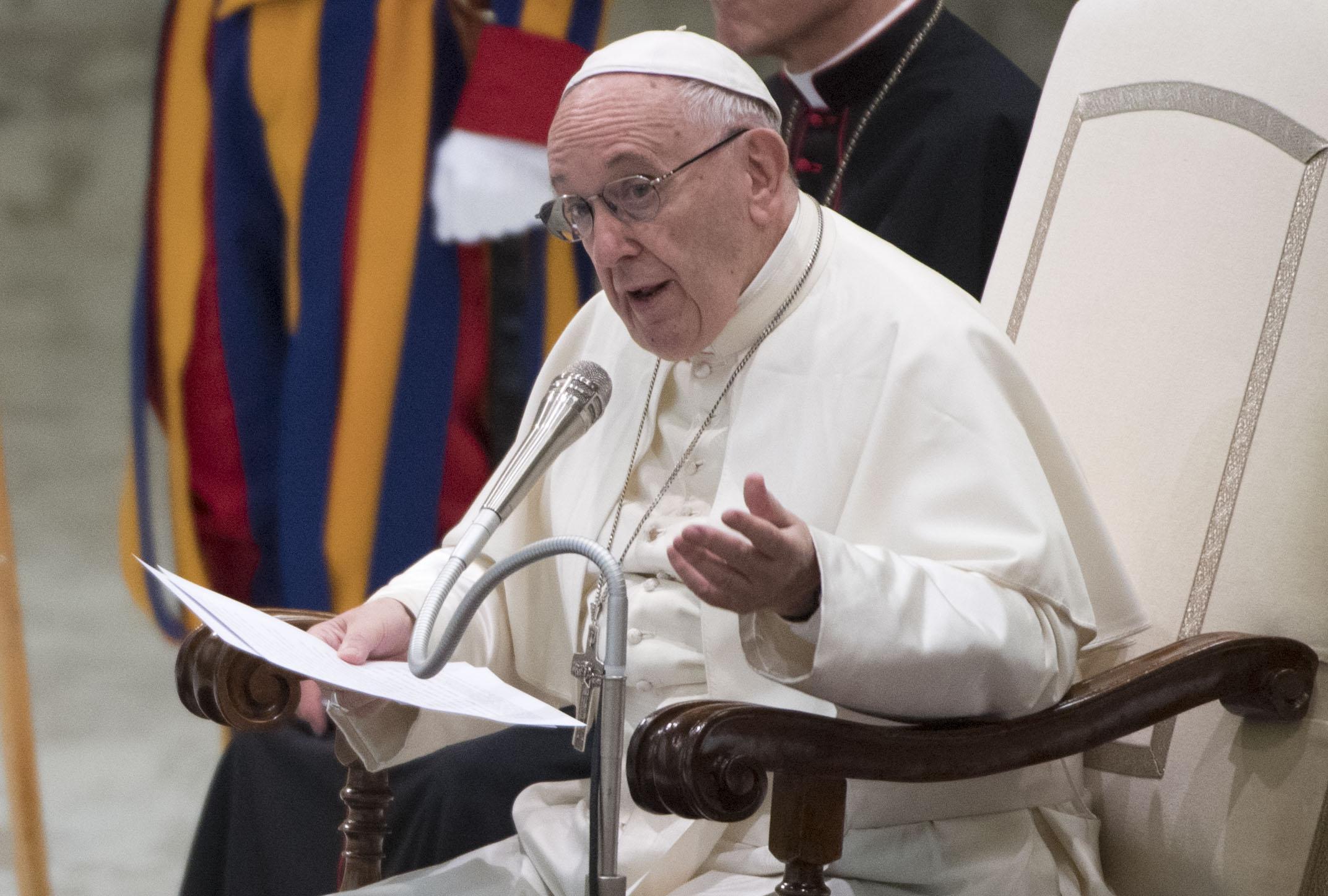 'Qual è il tuo idolo, lo smartphone, il trucco? Buttali dalla finestra': il monito di papa Francesco contro il rischio idolatria