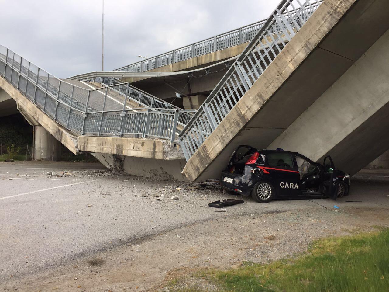 Cavalcavia crolla su auto carabinieri, illesi militari