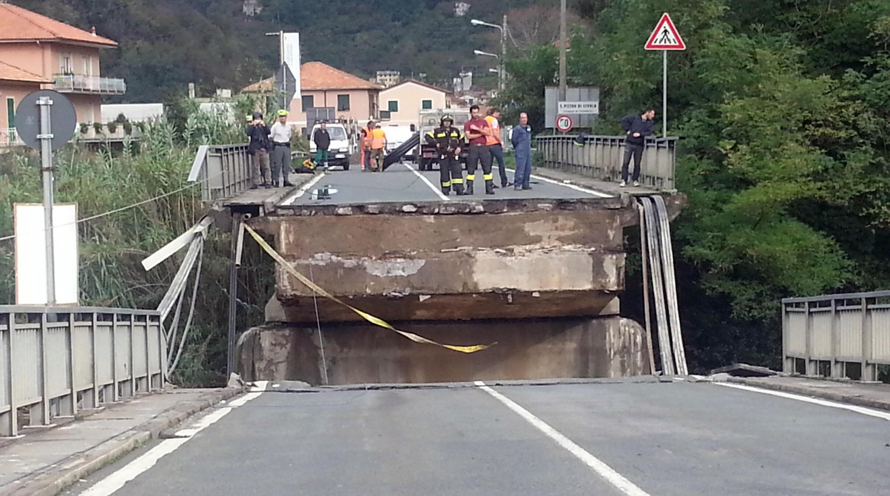 Maltempo Liguria ponte crolla a Carasco