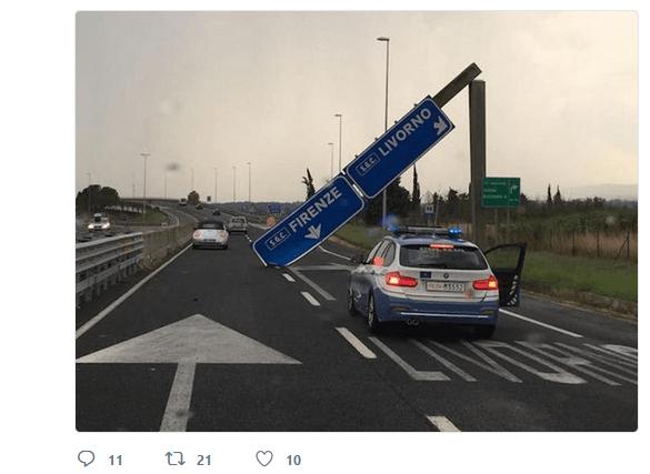 Cartello cade sulla superstrada Firenze-Pisa-Livorno: tragedia sfiorata