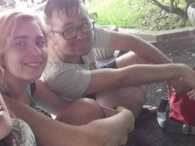 Si tuffa in piscina per salvare l'amico che non sa nuotare: morti entrambi