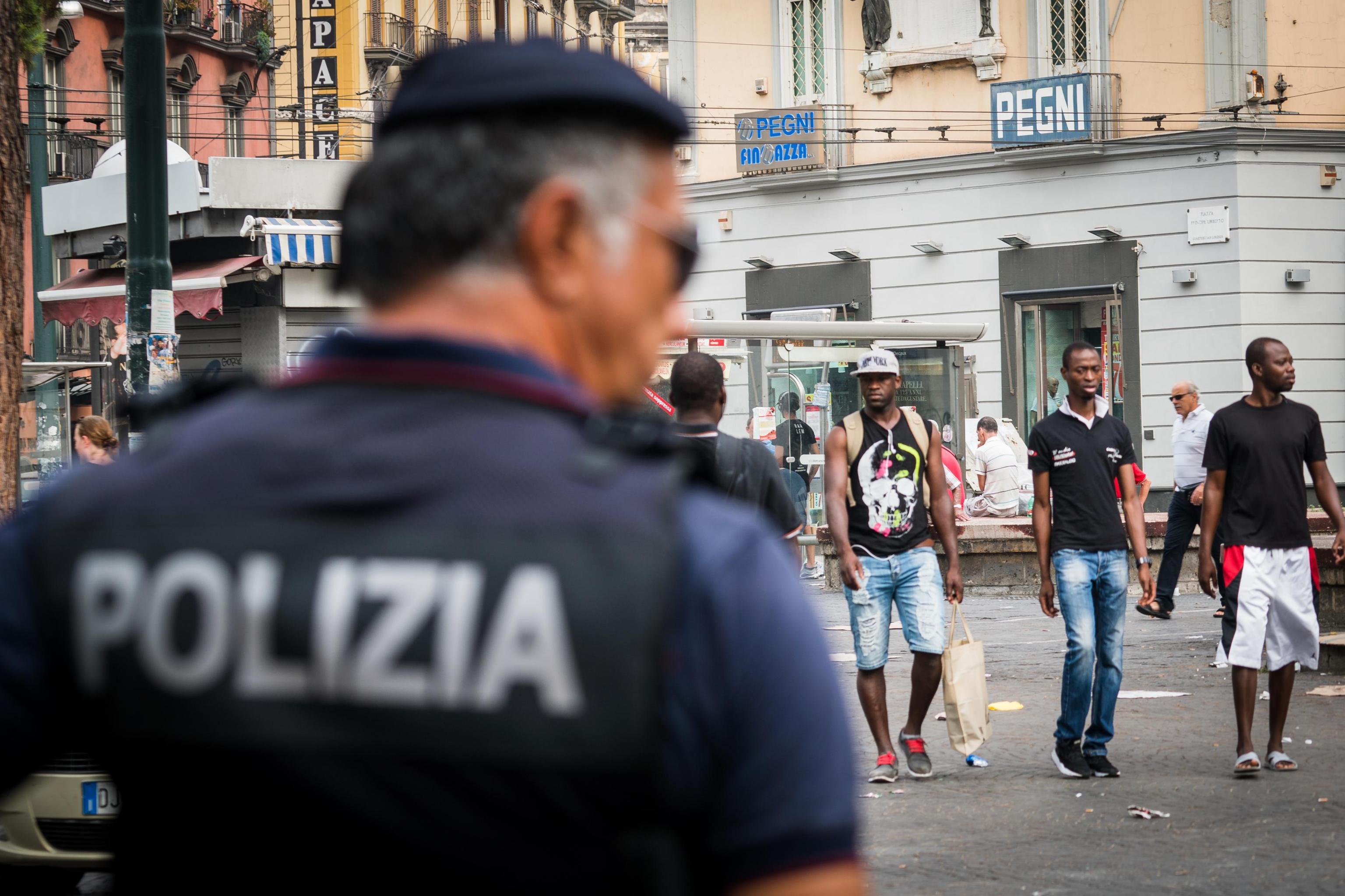 Spari contro ambulante, a Napoli ferito immigrato