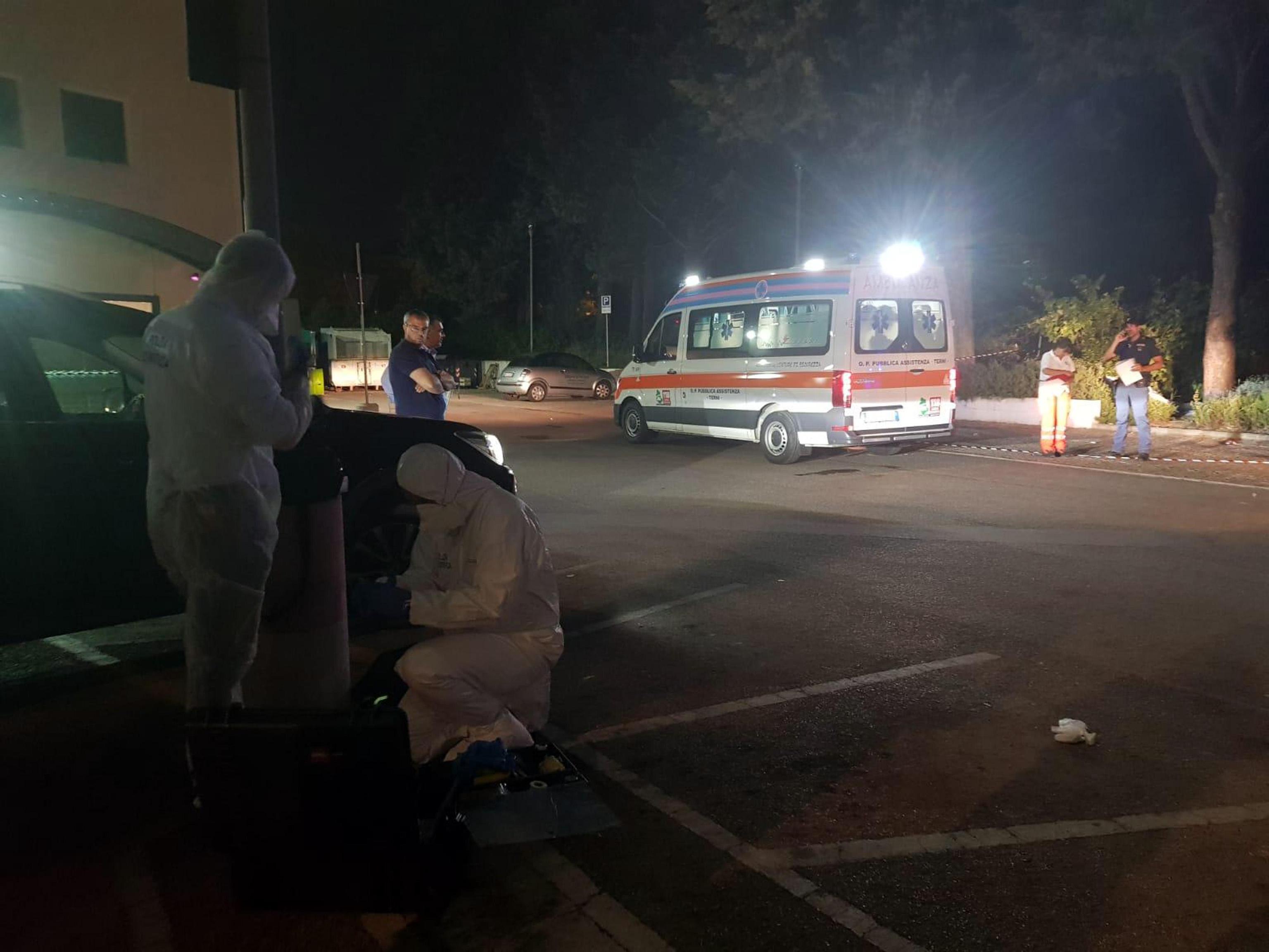 Neonato in un sacchetto trovato nel parcheggio di un supermercato a Terni