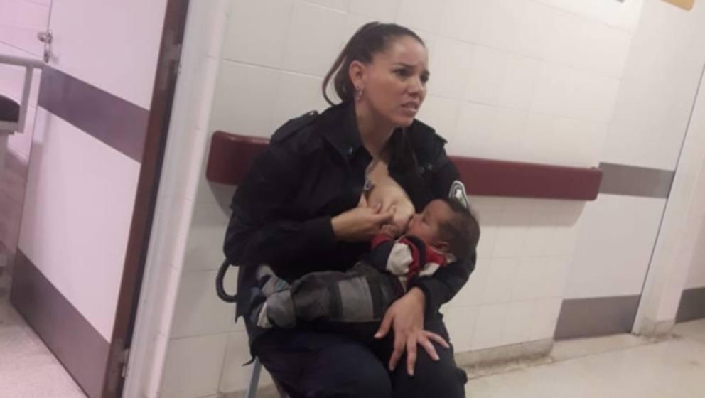 poliziotta allatta figlia arrestata
