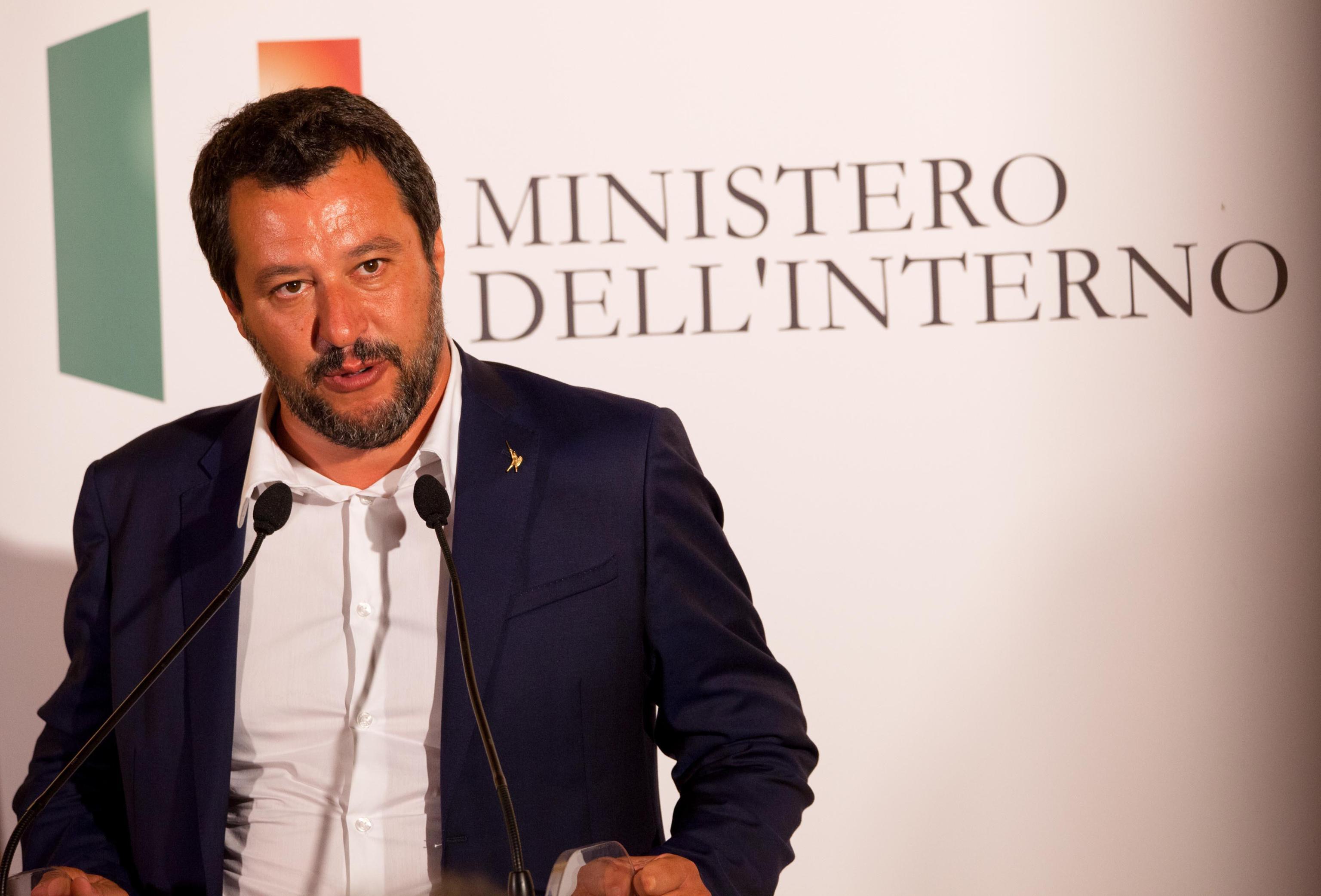 Crolla il ponte a Genova ma Salvini posta contro gli immigrati e piovono critiche 'Sei uno sciacallo'