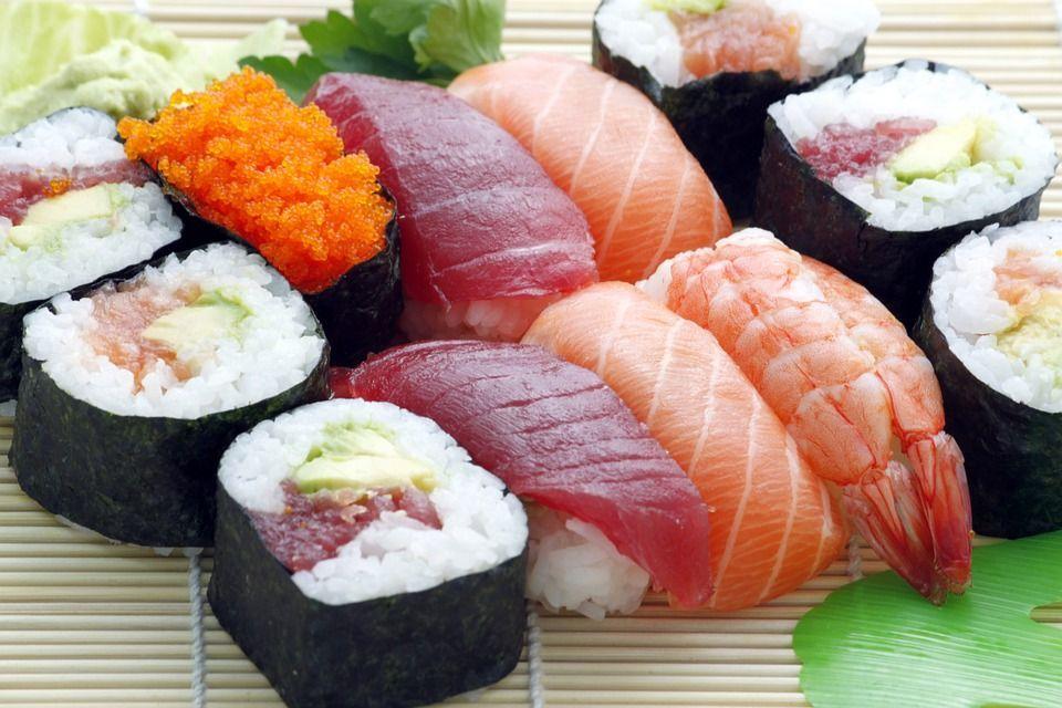 Mangia sushi al ristorante e gli amputano la mano per un'infezione