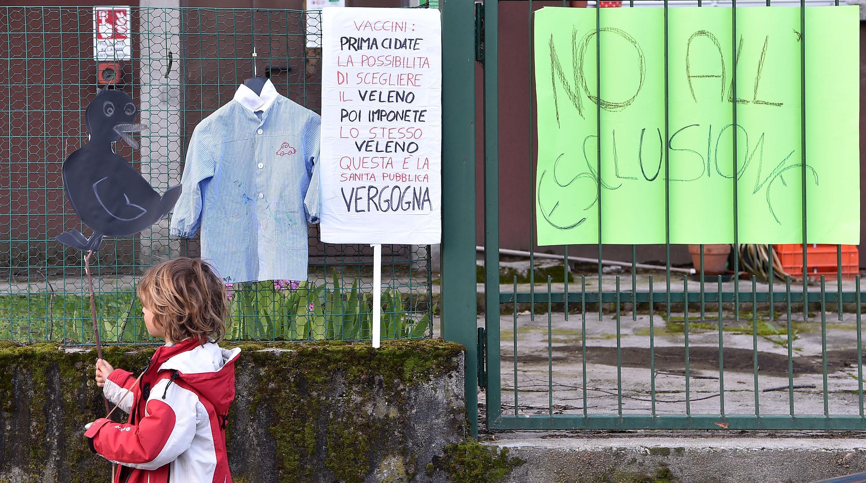 Bambini vaccinati fuori dalle scuole scattano i controlli dei Nas