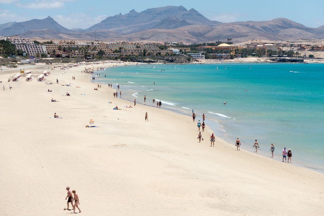 Canarie, il paradiso dei pensionati: benzina a 1 euro e IVA al 7%