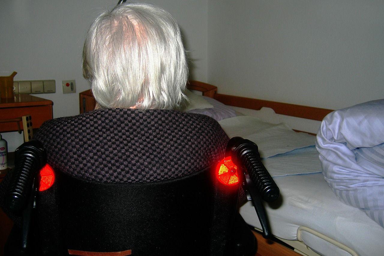 Casa di riposo: 92enne costretta a letto con la forza, infermiere assolte