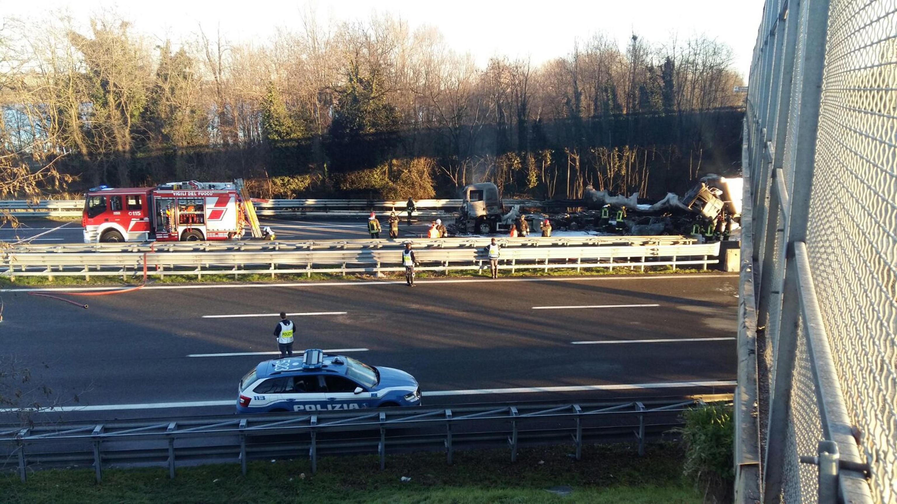 Grave incidente sull'A21: bus di studenti contro un camion. Una vittima