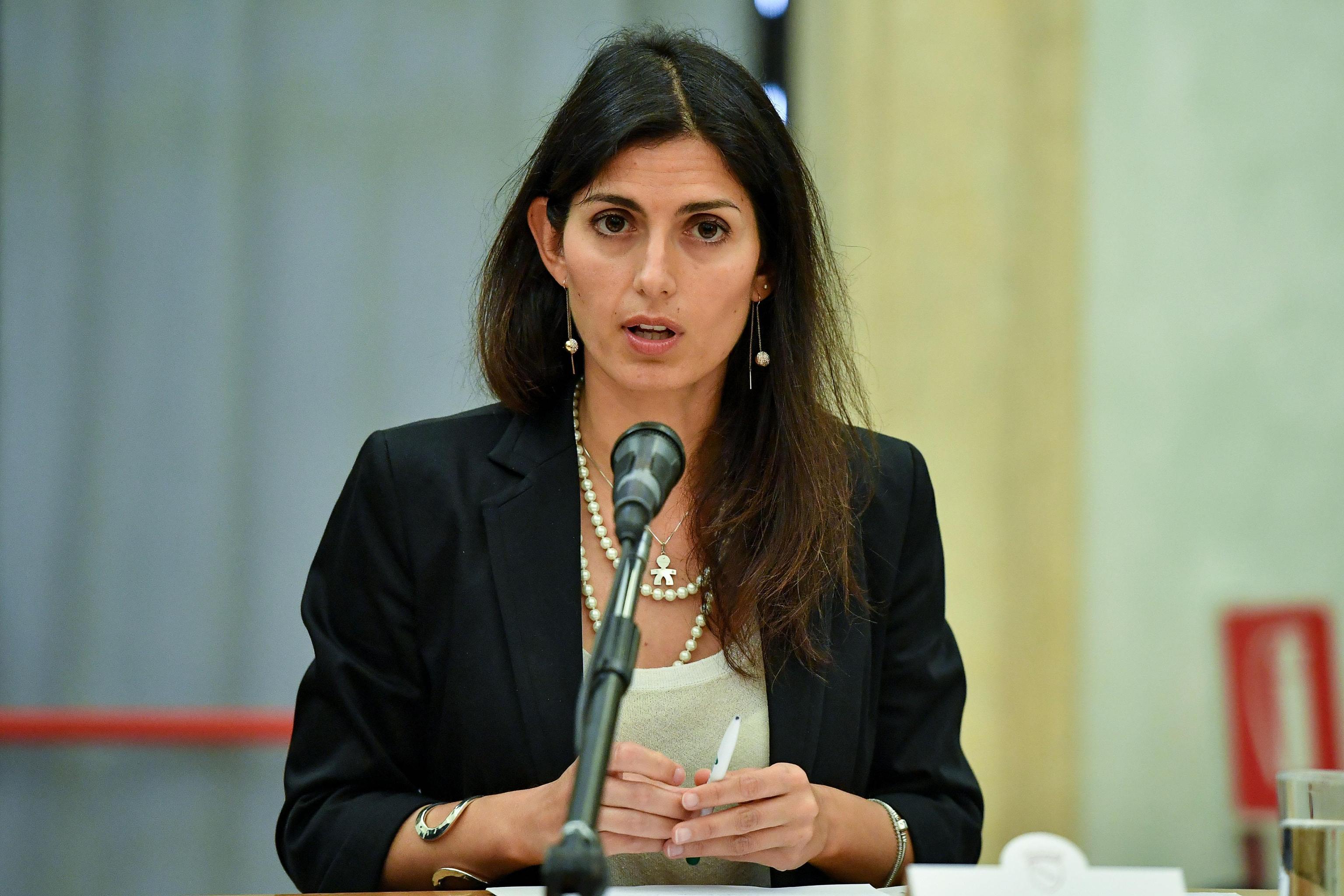 Roma: Virginia Raggi non rinuncia alle auto blu e ne ordina un centinaio