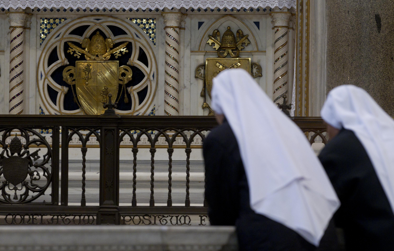Roma, sfregia una statua in parrocchia e minaccia una suora: arrestato