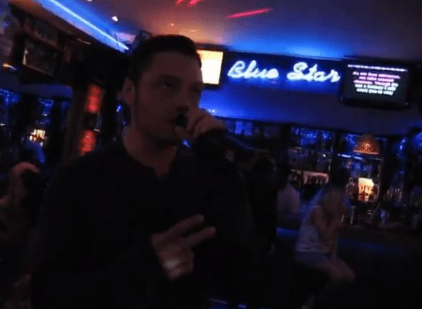 Tiziano Ferro canta in un bar in Portogallo, il pubblico lo ignora
