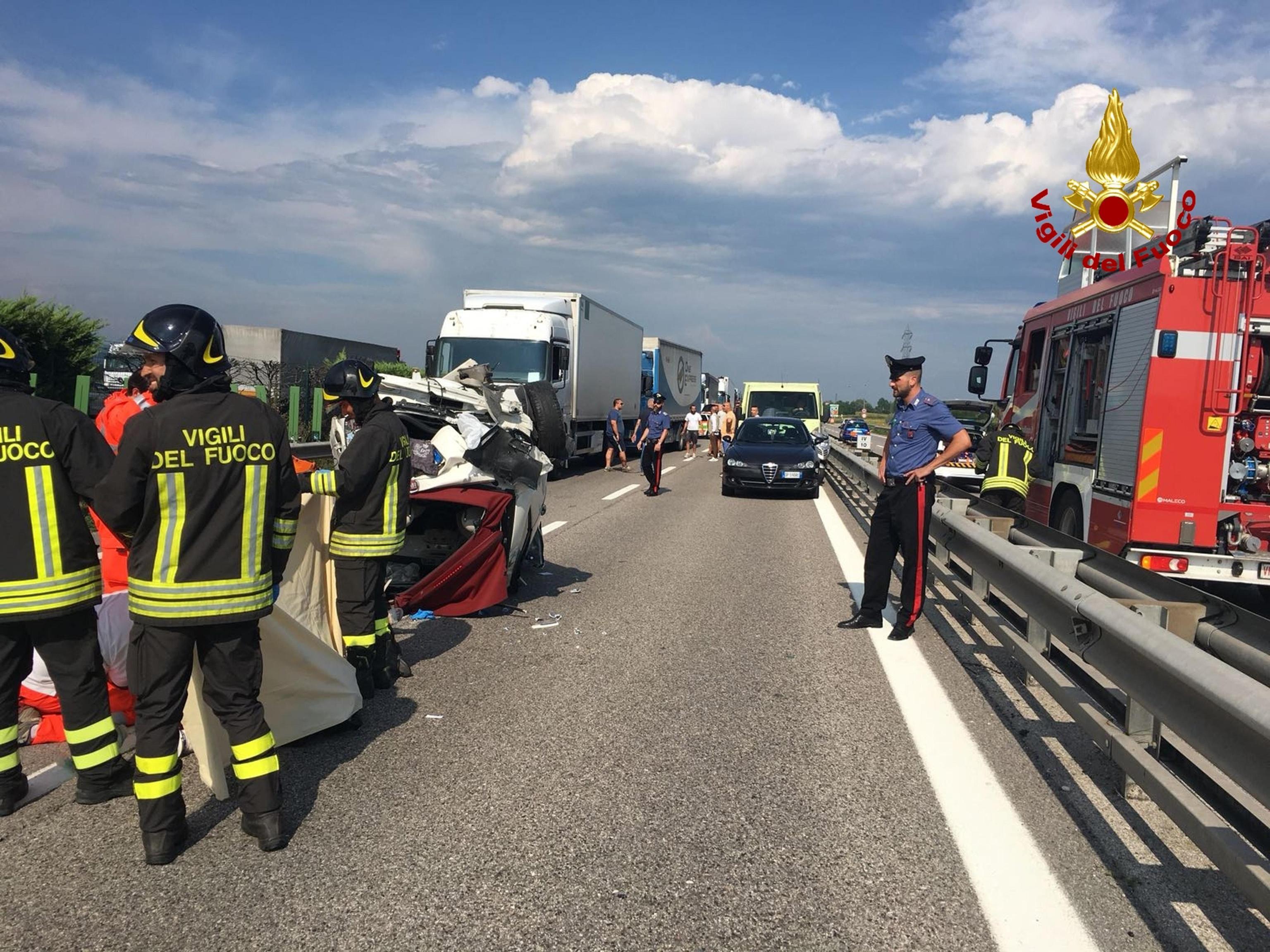 Tragedia sull'A4: scende dall'auto per salvare i figli e viene travolta da un'auto in corsa