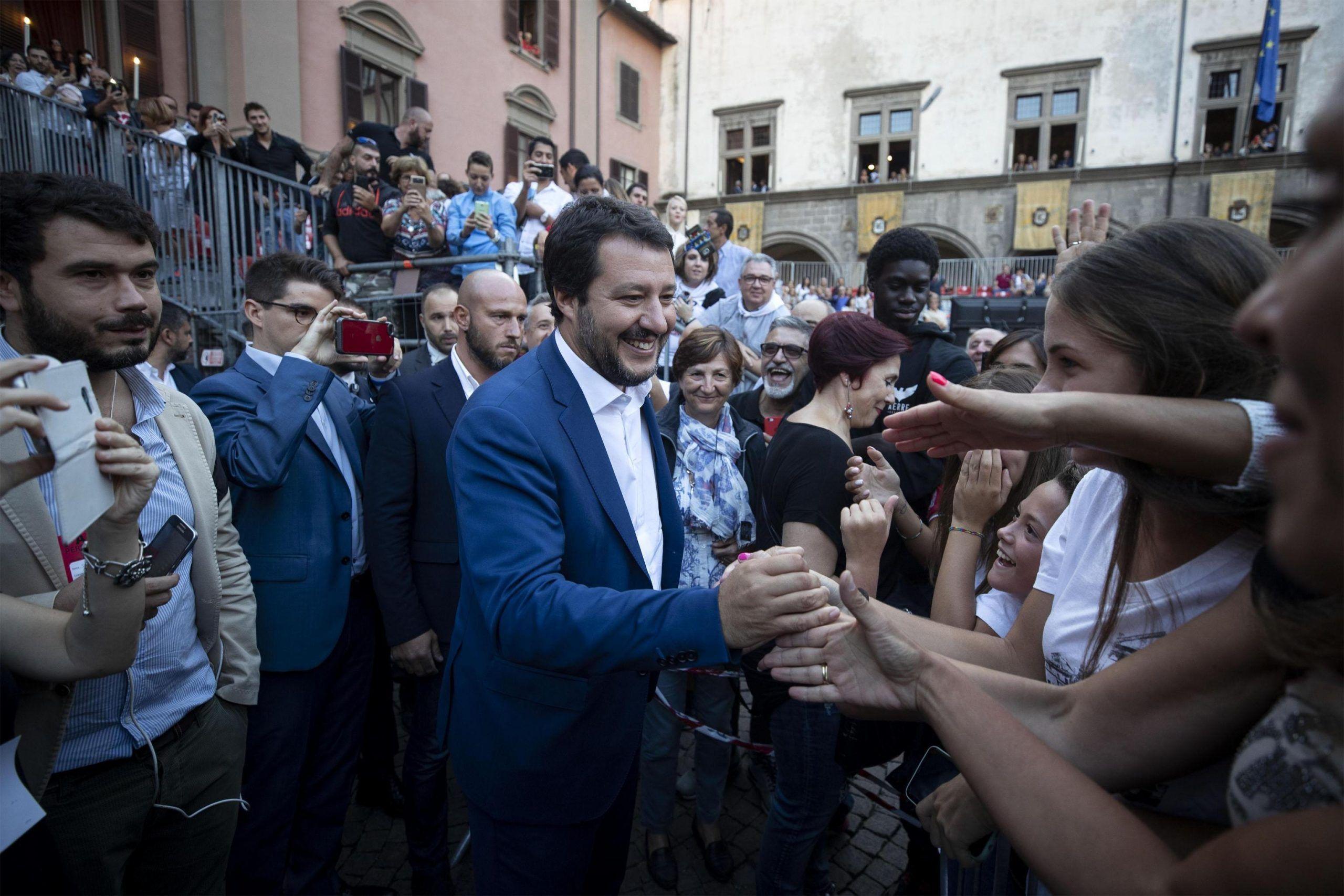 Viterbo, una suora abbraccia e bacia il suo 'idolo' non il Papa, Matteo Salvini
