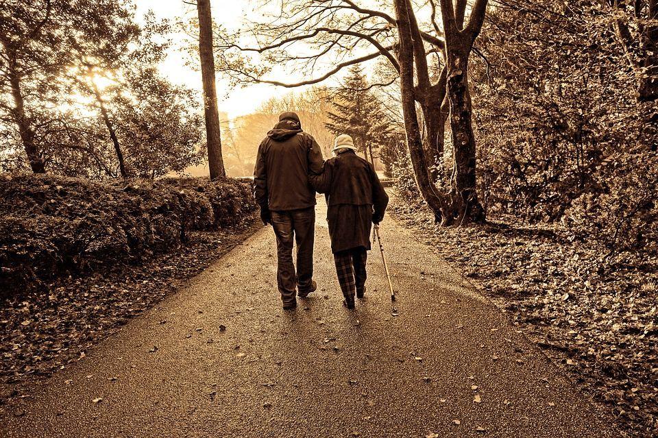 Lei ha l'Alzheimer, lui le racconta ogni giorno la loro storia d'amore