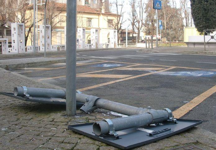 cartello stradale caduto a novi ligure