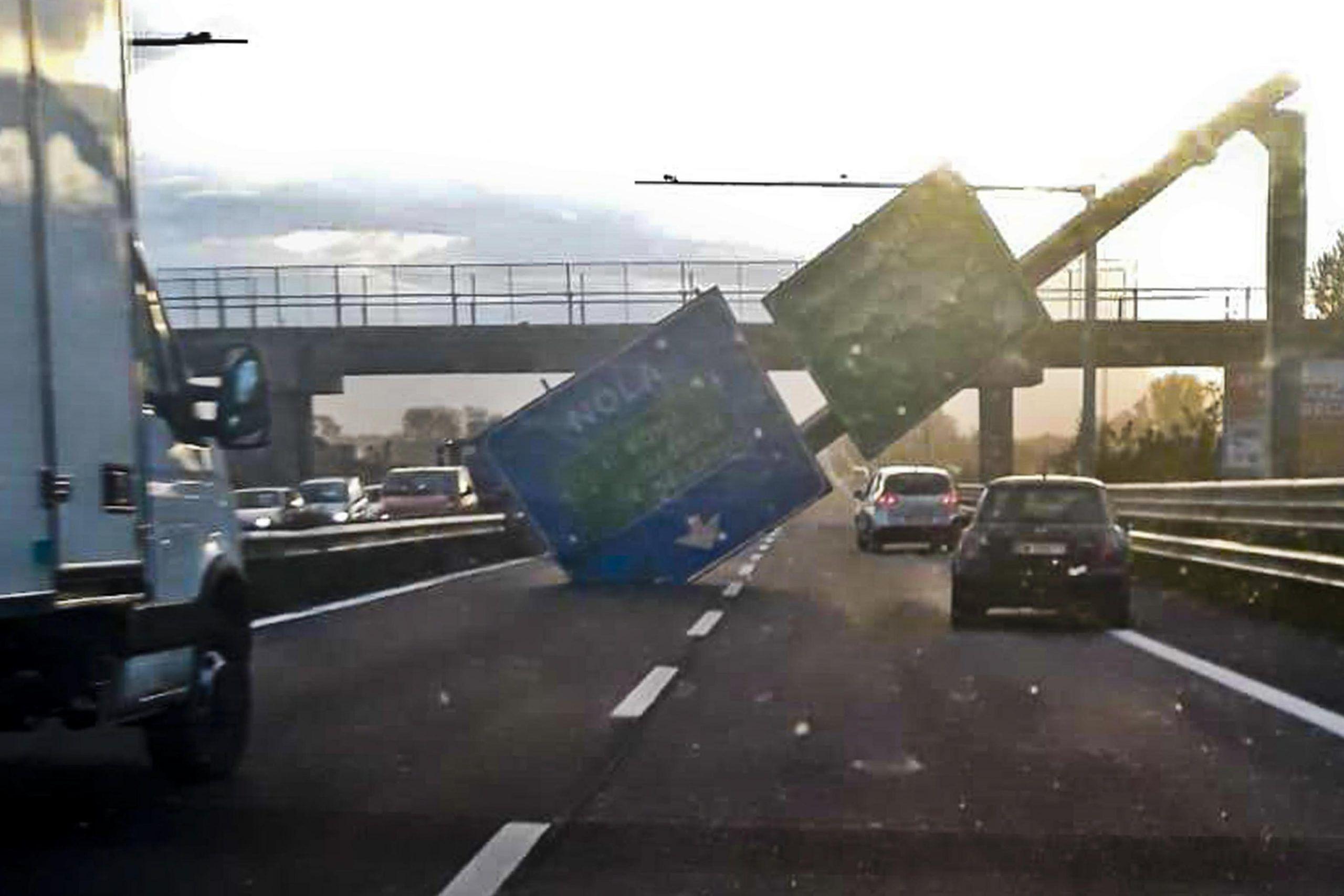 Cartello cade sulla carreggiata per il forte vento in provincia di Napoli