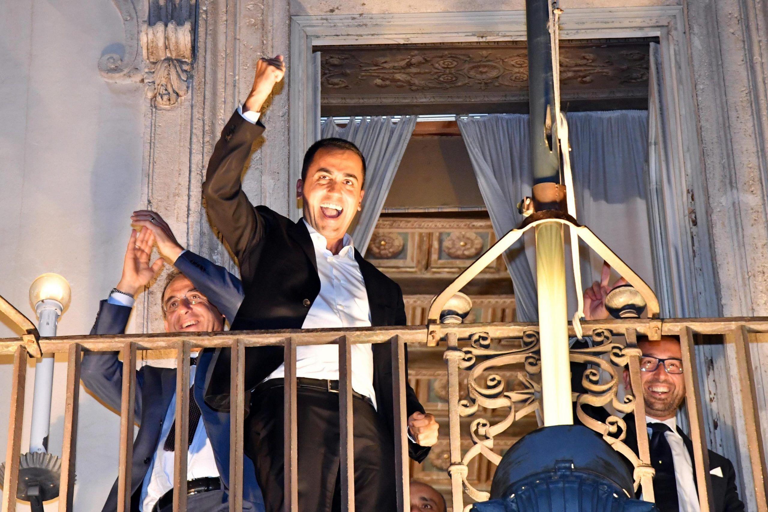 Manovra finanziaria con 2,4% di deficit, Di Maio dal balcone di Palazzo Chigi: 'Ce l'abbiamo fatta'