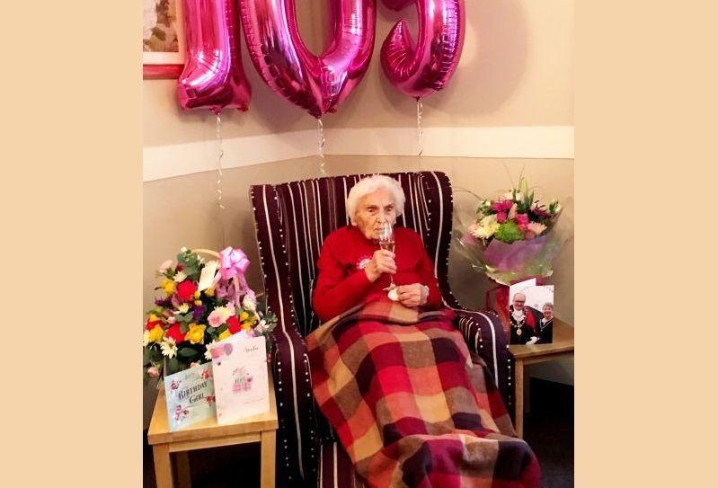 Nonna di 105 anni rivela il segreto della longevità