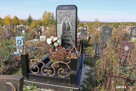 Russia, papà fa costruire una lapide a forma di iPhone per la figlia morta a 26 anni