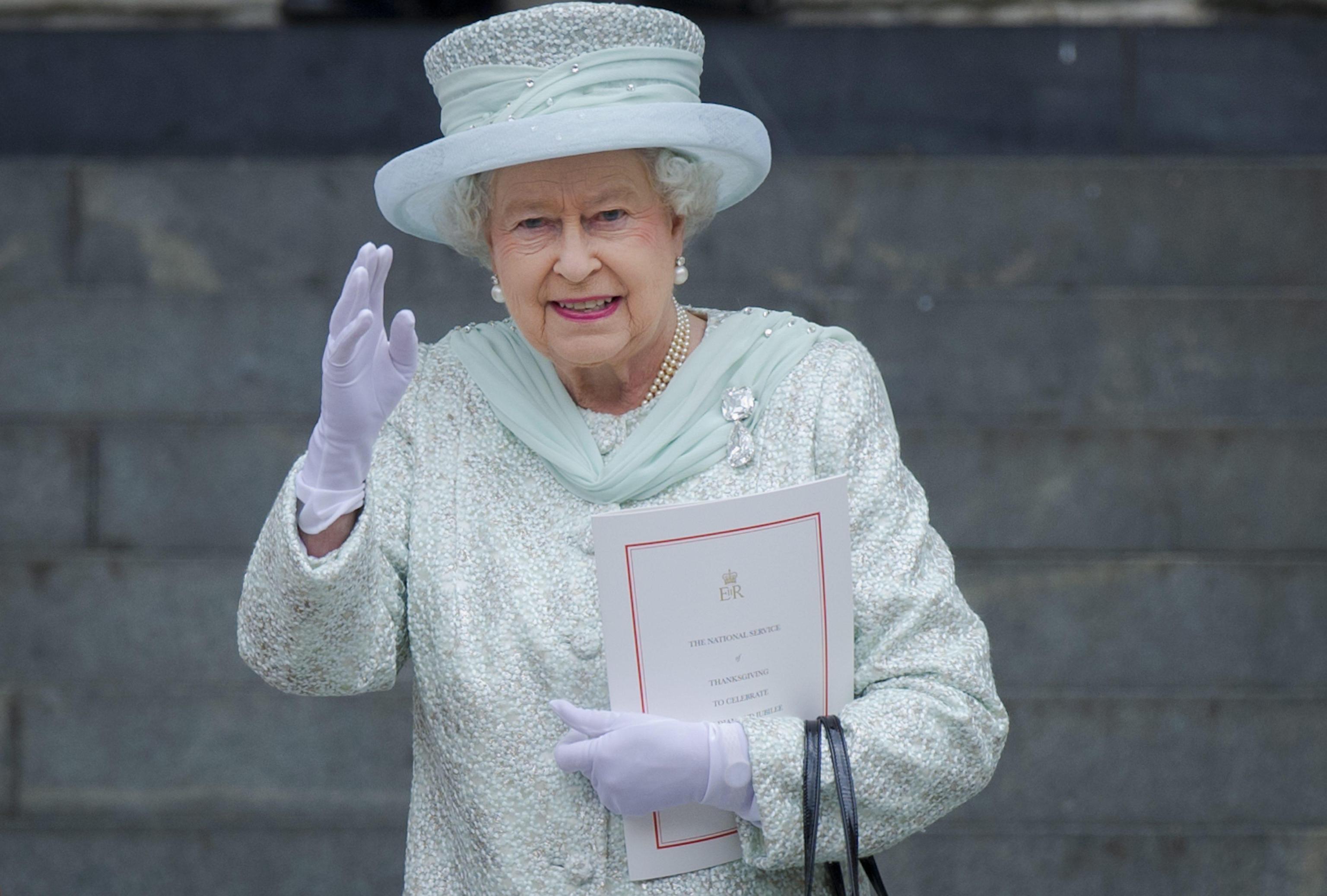 La Regina Elisabetta usa una mano finta per salutare senza stancarsi