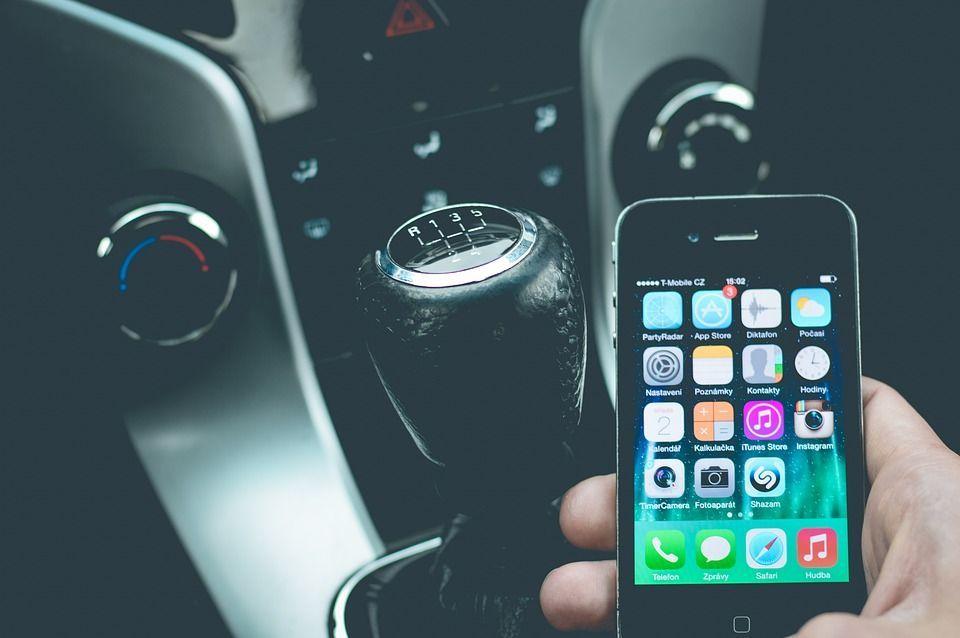 Incidenti stradali: via lo smartphone a chi li causa