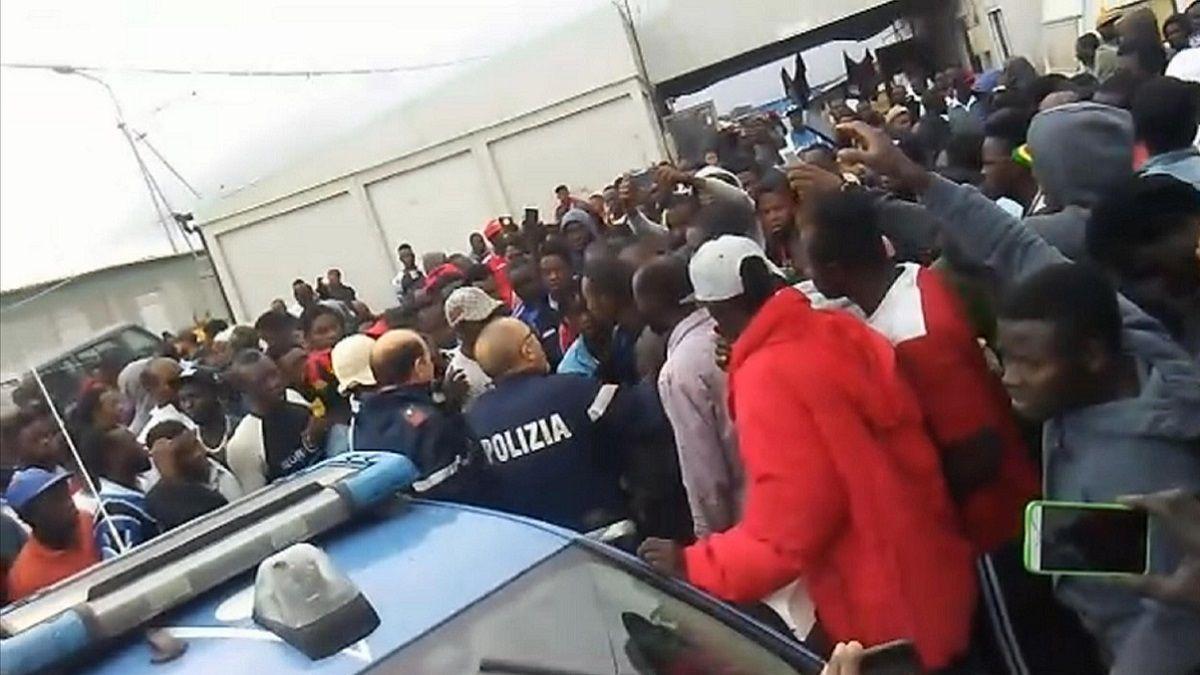 Foggia, migrante ammanettato alla ruota di un'auto della Polizia: spunta il video