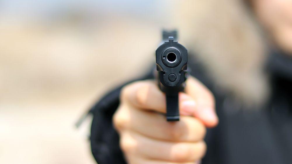 Torre Annunziata: colpi di pistola contro vetrina, bimba ferita all'occhio