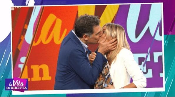 La Vita in Diretta, Tiberio Timperi bacia Francesca Fialdini: 'E quando mi ricapita'
