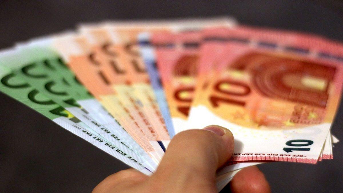 Tratteneva soldi dalle buste paga dei dipendenti minacciandoli: imprenditore denunciato