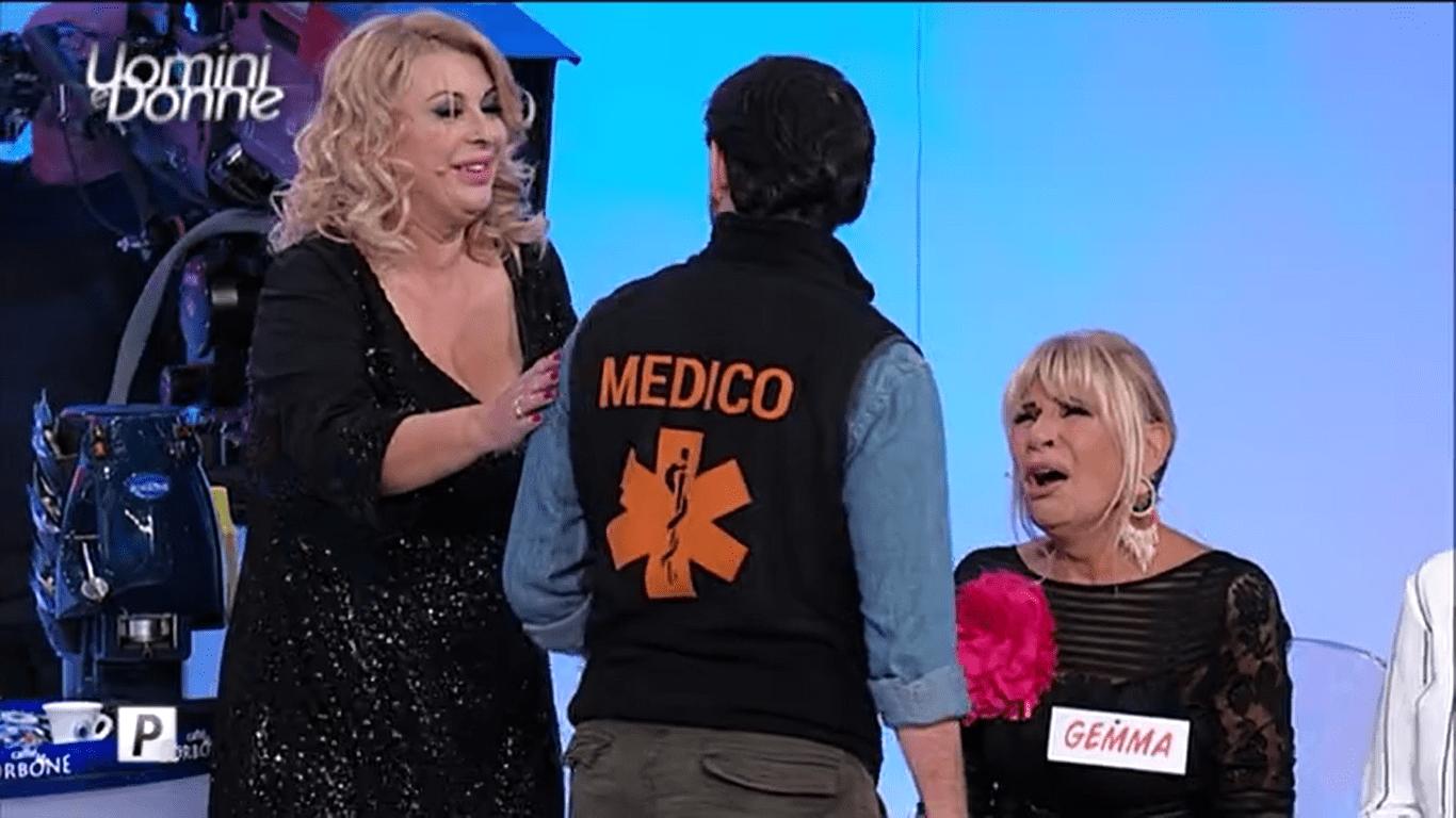 Uomini e Donne, Gemma ha un malore e Tina chiama il medico