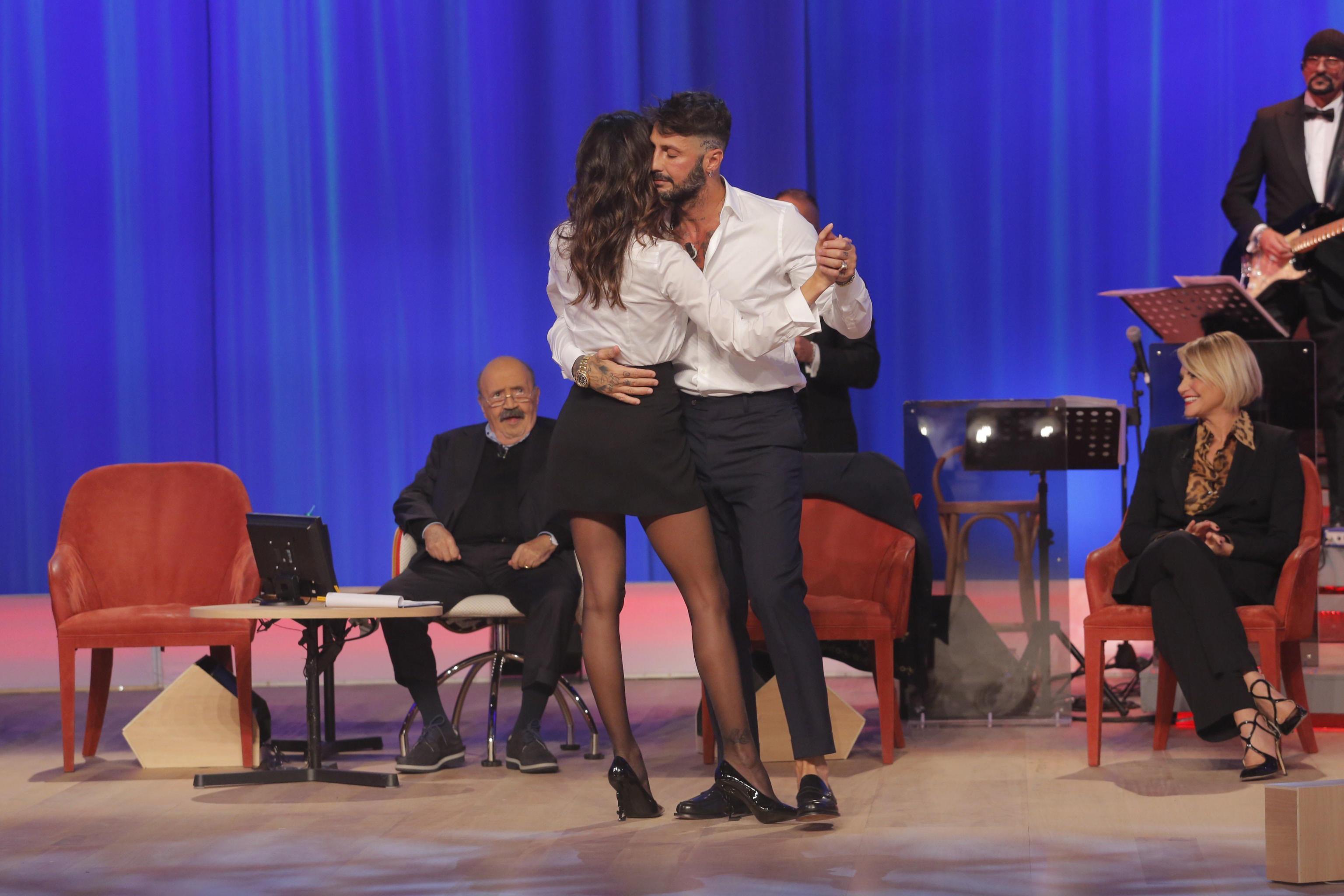 Belén e Fabrizio Corona ballano insieme al Maurizio Costanzo Show