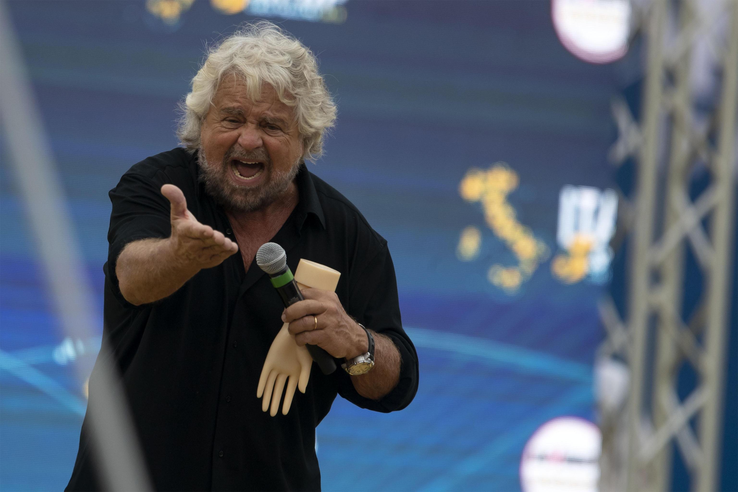 Vaccini, Grillo firma il Patto per la Scienza proposto da Burioni