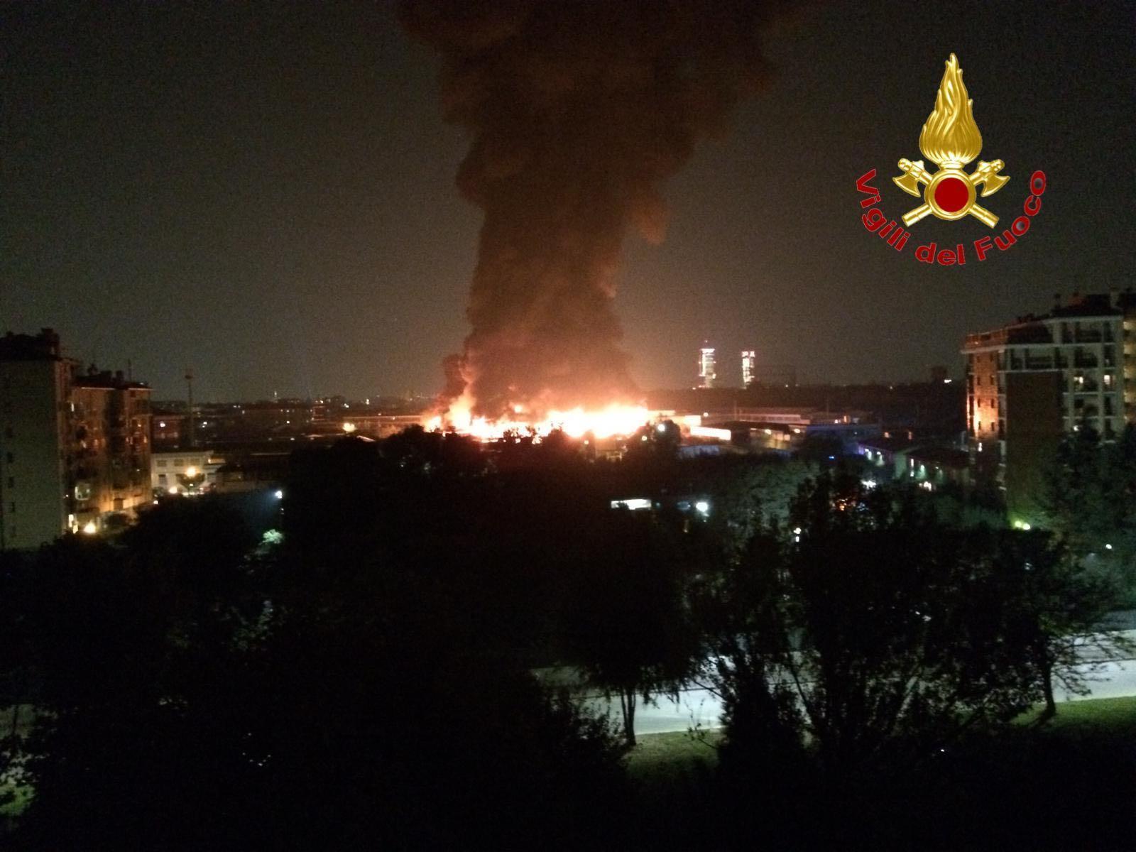 Milano, incendio in Bovisasca: brucia capannone di rifiuti abbandonato