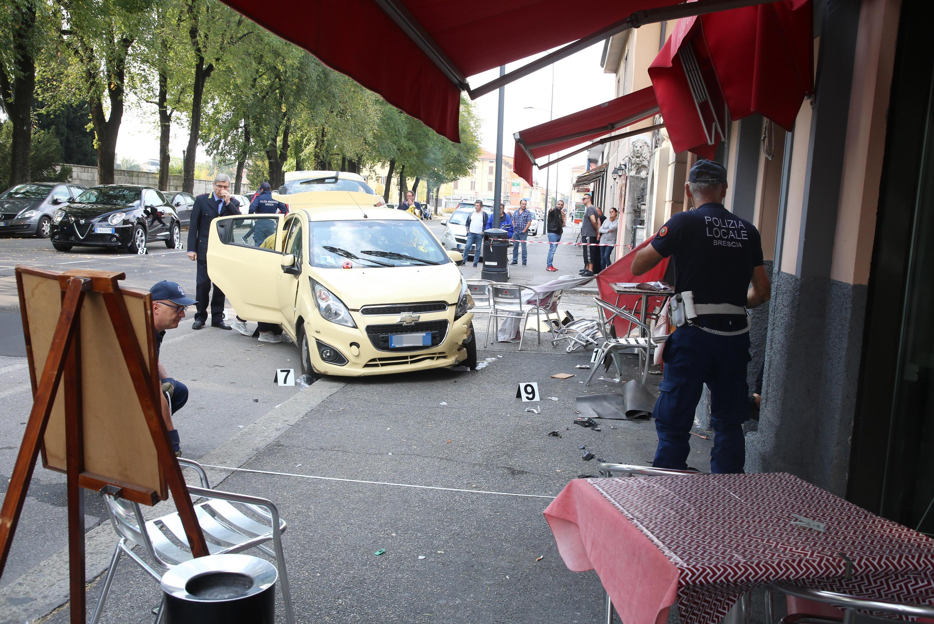 Incidente a Brescia: auto travolge i tavolini di un bar, morta una donna