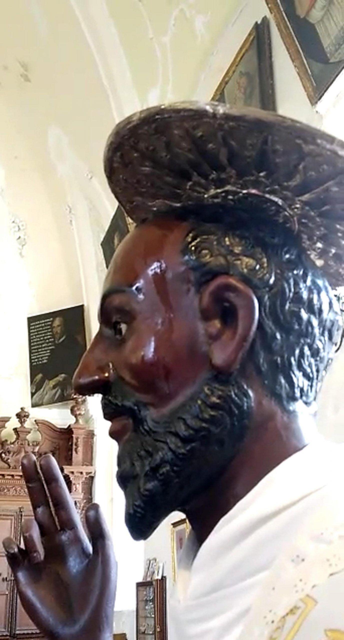 Fedeli gridano al miracolo, statua santo 'suda' nell'ennese