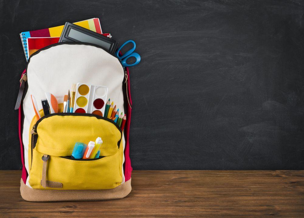 La scuola proibisce gli zaini, lui va in classe con un forno