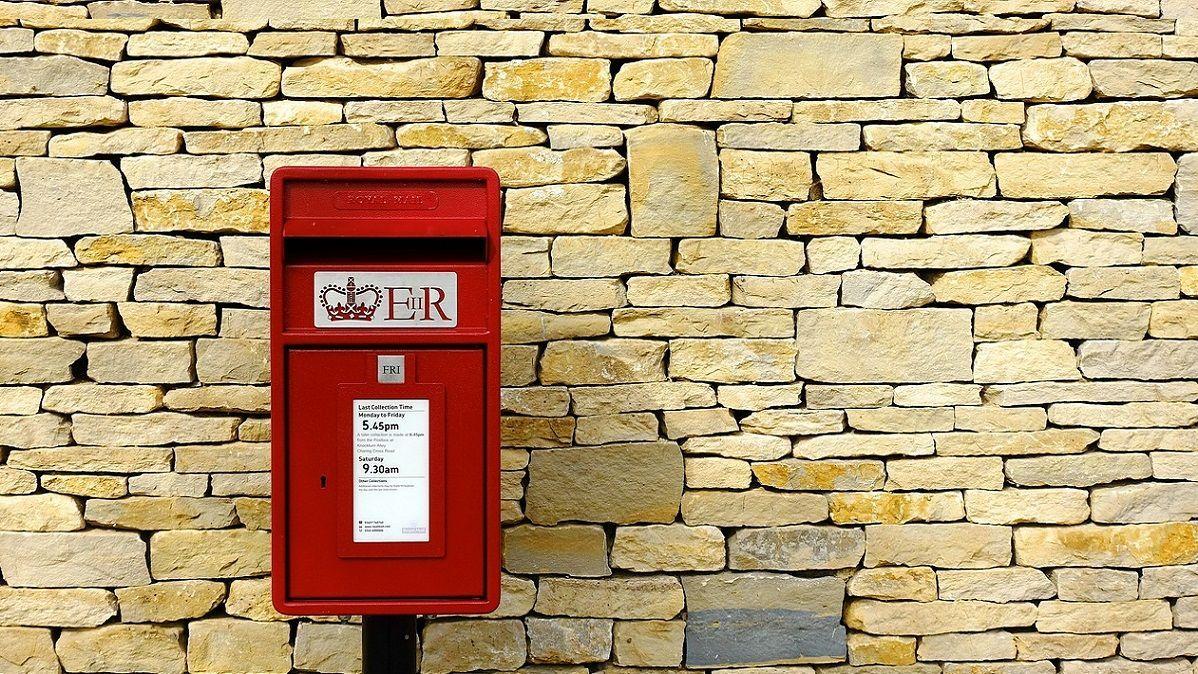 Bimbo di 7 anni invia una lettera al papà morto, la Royal Mail gli consegna una commovente risposta