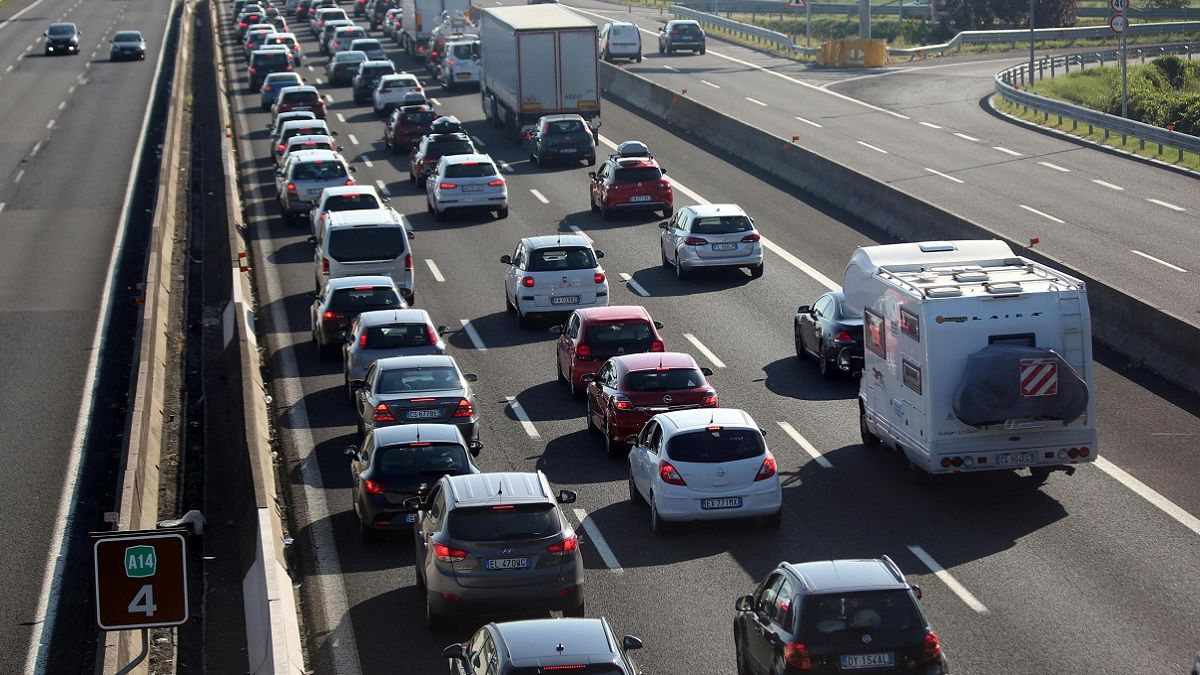 Incidente sull'A14 Bologna: si stacca un pezzo del ponte e travolge un'auto