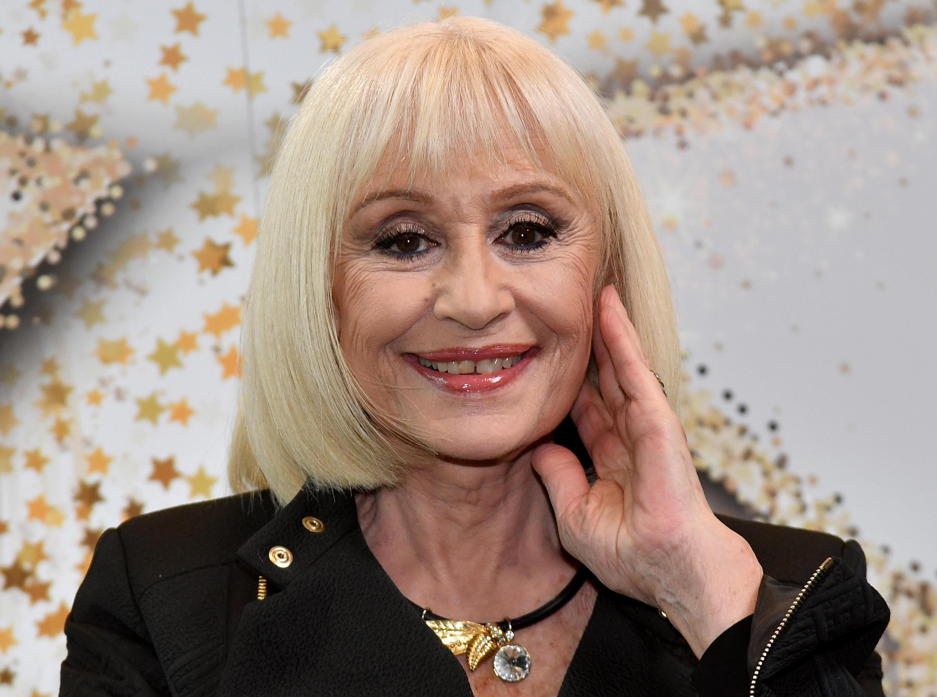 Raffaella Carrà: 'Torno in tv, ma ogni tanto, se sei donna, ti devi togliere dai piedi'