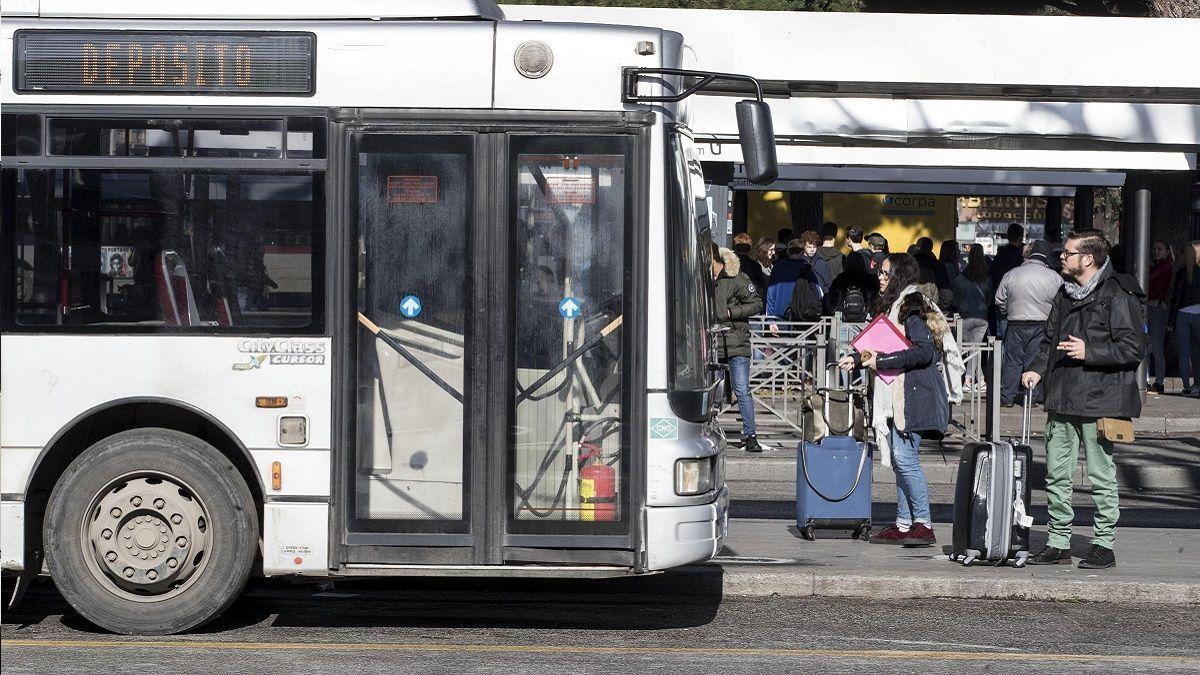 Roma, sesso sul bus davanti ai passeggeri: coppia di giovani denunciata