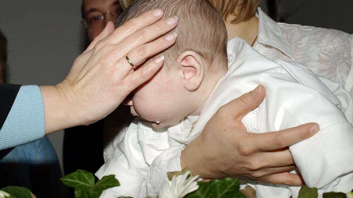 Sardegna: il prete vieta a Jessica di fare la madrina di battesimo perché è lesbica